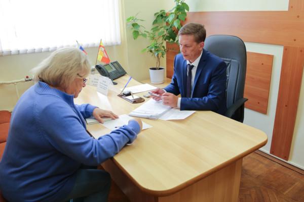 Руководитель управления дорожного хозяйства Олег Котов провёл личный приём граждан